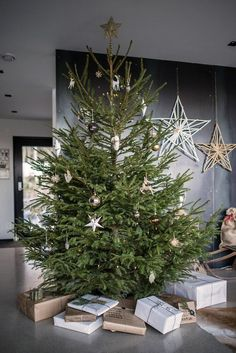 25 Amazing Christmas Trees One For Everyones Style! 25 Amazing Christmas Trees One For Everyones Sty Skinny Christmas Tree, Natural Christmas Tree, Frosted Christmas Tree, Stick Christmas Tree, Burlap Christmas Tree, Unique Christmas Trees, Decoration Christmas, Noel Christmas, Rustic Christmas