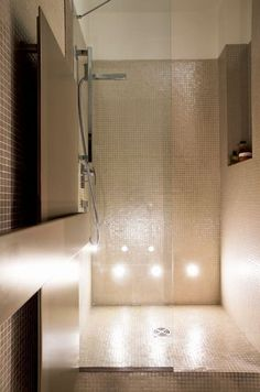 Mosaïque de verre irisé pour la douche à l'italienne - Transformation raffinée d'un appart' familial - CôtéMaison.fr