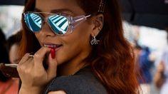 Die Sonnenbrille wird 2015 DAS Fashion Accessoire schlechthin. Waren die Modelle in der Vergangenheit gern etwas zurückhaltender, darf in dieser Saison zu echten Statement Stücken gegriffen werden. Sängerin Rihanna und Topmodel Heidi Klum zeigen: So heiß wird der Sonnenbrillen Sommer!