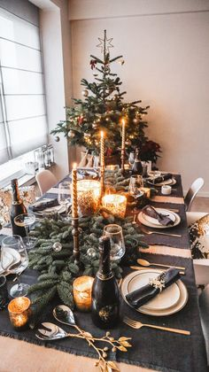 Christmas Table Settings, Christmas Tablescapes, Christmas Table Decorations, Decoration Table, Holiday Decor, Simple Christmas, Christmas Home, Christmas Wreaths, Diner Decor