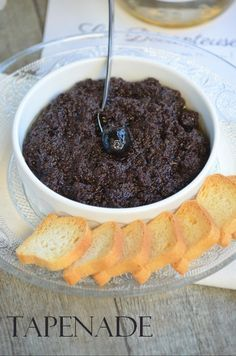 The homemade tapenade is so simple to prepare, and when you have tasted it, you can not do otherwise. The tapenade is a cream made from olives, capers, garlic and olive oil that we consume a lot in the south. On small toast at the hour … Batch Cooking, Cooking Time, Greek Recipes, Wine Recipes, Seafood Appetizers, Party Snacks, Brunch, Food And Drink, Favorite Recipes