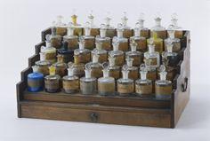 Boîte à réactifs, ou pharmacie, d'une contenance de 40 flacons pour les opérations de daguerréotypie, 1835-1839. #photo Crédits : Musée des arts et métiers-Cnam/photo Sylvain Pelly