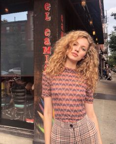 New trends for 2019 Blonde Curly Hair Trends Beige Blonde Hair Color, Blond Beige, Blonde Curly Hair, Blonde Wig, Beige Hair, Blonde Curls, Curly Hair Styles, Costume Noir, Color Rubio