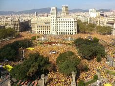 La Guàrdia urbana xifra en 110.000 persones els assistents a l'acte de l'ANC i Òmnium - vilaweb.cat, 19.10.2014. La Guàrdia Urbana ha xifrat en 110.000 persones els assistents a l'acte de l'ANC i d'Òmnium Cultural, en què s'han posicionat de cara al nou escenari polític del 9-N després de la proposta del president de la Generlaitat, Artur Mas. Centenars de persones s'han concentrat a la plaça de Catalunya i de fet durant l'acte les personen han omplerts els inicis dels carrers.