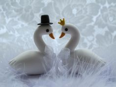 lovely swan cake topper. Fondant Flowers, Sugar Flowers, Love Cake Topper, Cake Toppers, Clay Projects, Clay Crafts, Biscuit, Making Fondant, Cake Craft