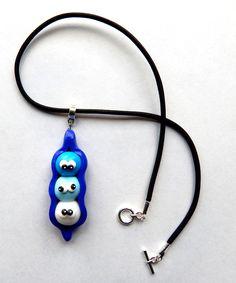 Collier rigolo et original cosse de petits pois dégradé de bleu Bijoux rigolos et originaux fait main  Plein d'articles rigolos et déjantés sur la boutique en ligne : https://www.alittlemarket.com/collier/fr_collier_pendentif_ecosse_de_petits_pois_bleus_rigolos_-19129467.html  #bijouxdejantes #colliersympa #creationsfimo