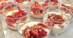 White chocolate pudding with rhubarb and almond crisp Swedish Recipes, Sweet Recipes, Toblerone Mousse, Cookie Desserts, Dessert Recipes, Yummy Treats, Delicious Desserts, Good Food, Yummy Food