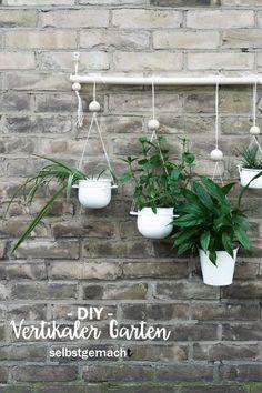 DIY Vertikalen Garten selber bauen DIY vertical garden for balcony, terrace or living room. Diy Planters, Garden Planters, Planter Pots, Diy Projects For School, Diy Generator, Pot Jardin, Vertical Garden Diy, Diy Plant Stand, Diy Fence