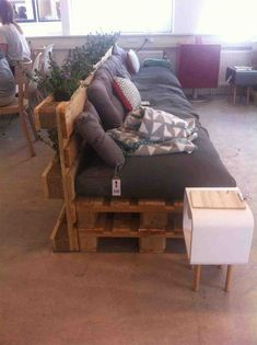 Pallet Outdoor Furniture DIY Front Porch Pallet Couch - I like the planter behind it Diy Pallet Couch, Pallet Lounge, Diy Couch, Pallet Couch Outdoor, Pallet Bank, Pallet Sectional, Pallet Benches, Pallet Walls, Sectional Sofa
