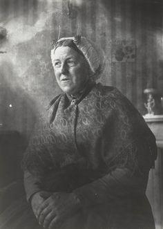 Vrouw in Scheveningse streekdracht. De vrouw draagt een 'blonde muts'. 1913-1916 #ZuidHolland #Scheveningen
