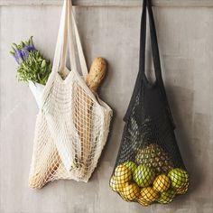Draag je vers gekochte fruit of fitness handdoek in deze vintage Point-Virgule nettas Parijse. De tas is van 100% polyester en heeft een hippe kleur. Het nettasje heeft een lengte van 33 cm (excl. handvatten) en is 45 cm breed. Inclusief de lange handvatten is de Point-Virgule Parijse nettas 63 cm lang. Door het handige formaat is hij makkelijk op te bergen in je rugzak. Een Point Virgule Parijse nettas is 100% BPA- en ftalaatvrij dus voedselveilig. De tas kan gewoon in de wasmachine. Beige, Wicker Baskets, Straw Bag, Burlap, Reusable Tote Bags, Plastic, Products, Bag, Cooking