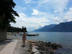 Ein Spaziergang an der Uferpromenade des Gardasees nach Malcesine ist wunderschön. Wir haben uns von Val di Sogno aus auf den Weg gemacht.