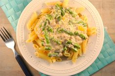 Pasta met romige tonijnsaus (2 personen): 150 gr pasta - 200 gr tonijn uit blik - 200 ml kookroom - 1/2 paprika - 1/2 witte ui - snufje zout/peper - groente naar keuze (sperziebonen, courgette, tomaten) - eventueel nog wat geraspte kaas
