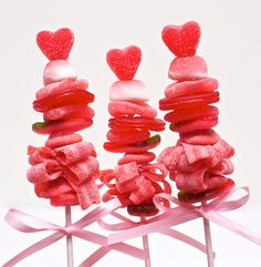 candy skewers - great for kids party or even wrapped in celeophane for Christmas & placed in a table centrepiece Valentines Day Treats, Valentine Day Love, Holiday Treats, Valentines Baking, Valentine Party, Holiday Desserts, Chocolates, Candy Kabobs, Valentinstag Party