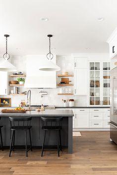 Gorgeous Kitchen by Studio McGee - Home decor interests Bright Kitchens, Black Kitchens, Home Kitchens, Dream Kitchens, Küchen Design, Home Design, Layout Design, Home Interior, Kitchen Interior