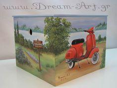 Ζωγραφική σε ξύλινο κουτί βάπτισης με θέμα τη Vespa