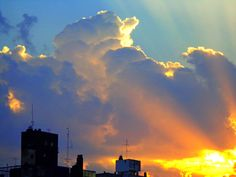 Desde el balcon veo aparecer el so. Las nubes le dan un marco y se adornan con el dorado de febo