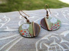 grüne Emaille Ohrringe mit Löwenzahn und orange von EnamelGarden