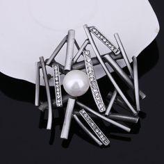 Originálna brošňa v tvare hniezda s prekrásnou bielou perlou