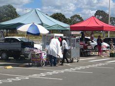 Aspecto Econômico - Pode-se observar na imagem vendedores ambulantes no estacionamento da torre.