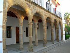 Palacio de los Zapata. El Consejero y Asesor de los Reyes Católicos, Luis Zapata logra instalar en Llerena el tercer Tribunal de la Inquisición en importancia de España (1508). Incluía los obispados de Ciudad Rodrigo, Plasencia, Coria y Badajoz. Hubo en Llerena tres sedes permanentes, el palacio prioral en la calle Zapatería, la casa maestral en la calle La Cárcel y por último, hasta su abolición en 1834, el Palacio de los Zapata, hoy de Justicia en la calle Corredera.