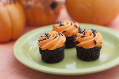 Chocolate cupcakes with orange swirled frosting on top. Low Fat Diet Plan, Low Carb Diet, Cupcakes D'halloween, Autumn Cupcakes, Chocolate Cupcakes, Weight Loss Soup, Low Fat Diets, Grass Fed Beef, Halloween Cupcakes
