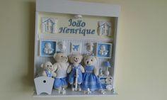 Cenário de Mdf, decorado com peças de biscuit, resina e madeira.Ursinhos vestidos com roupas de algodão personalizadas.Ursos maiores medem aproximadamente de 12 a 14 cm, urso bebe mede de 7 a 8 cm.As cores do papel de parede e da parede acima, bem como as roupas dos ursos podem ser escolhidas de ...