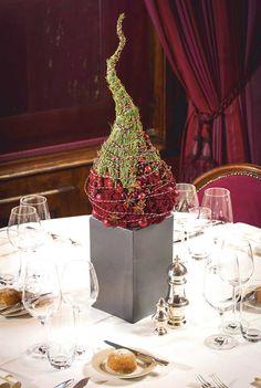 Nowoczesna choinka z gałązkami sosny, żurawiną i różą. Dekoracja sprawdzi się nawet na niewielkim stole. kompozycja: Stefan Fakkels zdjęcie: Smithers-Oasis