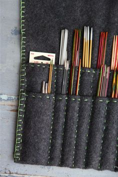 Förvaring av stickor Knitting Stitches, Knitting Needles, Knitting Patterns, Sewing Patterns, Knitting Needle Storage, Yarn Needle, Sewing Hacks, Sewing Projects, Organize Fabric