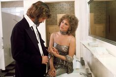 Before Lady Gaga and Bradley Cooper starred in the iconic film, Barbra Streisand took on the role in the 1976 version. Kris Kristofferson, Bradley Cooper, Lady Gaga, Barbara Streisand, Film Musical, Robert Ryan, A Star Is Born, Hello Gorgeous, Beautiful