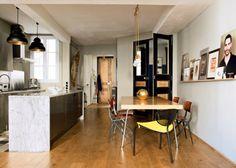 Une cuisine ouverte qui mélange les matières et couleurs