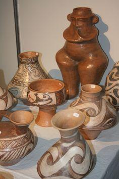 decorette-ceramica-inspiratie-cucuteni Coil Pots, Moldova, Sculptures, Clay, Statue, Ancestry, Ukraine, Artwork, Painting