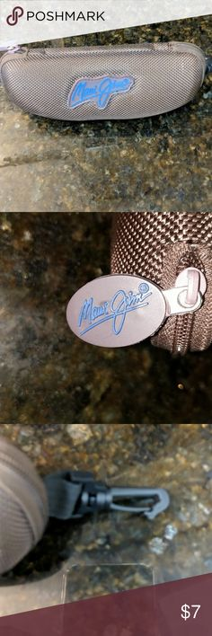 😎 EUC Maui Jim Clamshell, Belt clip, super nice! Maui Jim brown Canvas clamshell zippered sunglass case. It has a clip and blue logo on case and zipper works great, soft brown felt interior. Made of nylon shell. Comes from a smoke and pet free environment Maui Jim Accessories Sunglasses