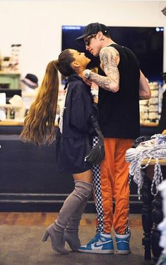 Ariana Grande and Pete Davidson Kiss While Shopping in NYC: Pic - What's up Celebrities? Ariana Grande Kiss, Ariana Grande Boyfriend, Ariana Grande Outfits, Yours Truly, Bae, Doja Cat, Dangerous Woman, Celebrity Couples, Queen