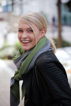 Schal aus feinstem Loden aus 100% Merinowolle. Das Schultertuch besticht durch ein angenehmes Tragegefühl. Das Dreieckstuch ist personalisierbar durch ein individuelles Monogramm und somit ein perfektes Geschenk. Passend zum modernen Outfit und zu Dirndl und Tracht.----- Shawl made from finest loden from 100% merinowool.  Scarf, shoulder scarf. Suitable to modern outfits and traditional clothes like dirndl. Perfect personalised Gift. #scarf #austriandesign #merinowool Moderne Outfits, Elegant, Minimal, Casual Outfits, Gift Ideas, Special Gift For Boyfriend, Confident Woman, Dyeing Yarn, Shawl