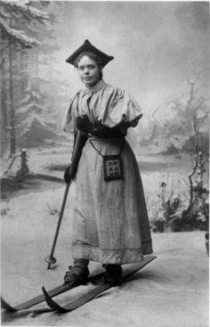 1894 - Skidrakter. Frøken Wilhelmine Prydz på ski i atelieret.