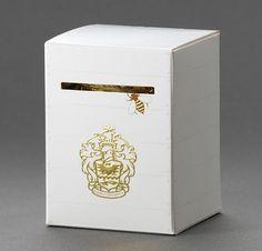 """Les fonctions :   Techniques : Facile d'utilisation, le pot de miel est à l'intérieur de la """"ruche"""", conservation longue durée.  Communication : une abeille nous invite à ouvrir le carton, et on y découvre une véritable """"ruche"""". L'emballage est atypique, l'idée est très originale, et les abeilles nous donne la sensation que le produit est frais. Cela démontre un positionnement axé sur l'importance de la nature et de l'authenticité : le miel est naturel, fabriqué dans des ruches par des…"""