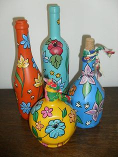 Painting on glass copying print calico . Glass Bottle Crafts, Wine Bottle Art, Painted Wine Bottles, Painted Jars, Painted Wine Glasses, Bottles And Jars, Glass Bottles, Jar Art, Altered Bottles