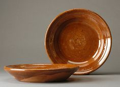 Piatti. Inizialmente erano utilizzati quelli cupi per contenere la polenta. Nel corso degli anni si sono iniziati a produrre i piani per l'uso quotidiano