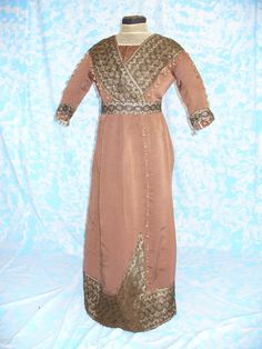 DRESS FULL DAY (architect 15) (Translated from Italian) 1912 FULL DAY DRESS MADE IN OTTOMAN SILK BROWN CLOR, APPLICATIONS OF CHEMICAL LACE, SILK TASSEL. The COSTUME AND 'THE REAR ENDED BY HOOKS