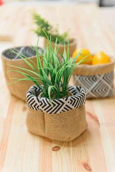 Reversible pot cache from fabric and burlap. Discover how to achieve it in 4 steps on our face. Diy Crafts To Sell, Diy Crafts For Kids, Home Decor Baskets, Creation Couture, Couture Sewing, Boho Diy, Diy Room Decor, Burlap, Creations