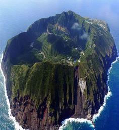 Aogashima,Tokio;Japón un poblado sobre el cráter de un volcán activo.
