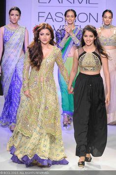 Soha Ali Khan walks with Arpita Mehta on Day 3 of the Lakme Fashion Week (LFW) Winter/Festive held at Grand Hyatt, Mumbai, on August Indian Bridal Wear, Indian Wear, Saree Gown, Lengha Choli, Sarees, Bollywood Hair, Movies Bollywood, Bollywood Theme, Bollywood Outfits