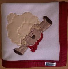 Manta em soft microfibra branco liso, com barrado em tecido 100% algodão e patch apliquée a escolher.  *Consulte disponibilidade de tecidos para o barrado e desenhos para o aplique. R$ 55,90