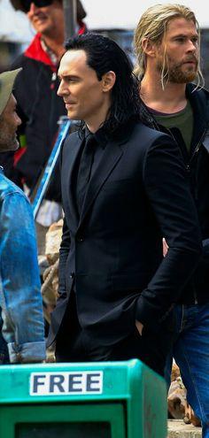 Tom Hiddleston on the set of 'Thor: Ragnarok' in Brisbane, Australia on August 21, 2016. Source: Torrilla, Weibo. Click here for full resolution: http://ww4.sinaimg.cn/large/6e14d388gw1f72ve7p9bfj22182ns1kx.jpg