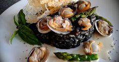 Fabulosa receta para Risotto nero con vongole e telline con parmigiano e mela aioli. En ésta vida todo tiene un porqué y dos recetas anteriores a ésta forman parte del plato, el crujiente de parmesano que podemos encontrar la receta en éste enlace https://cookpad.com/es/recetas/312409-crujiente-de-parmesano?ref=recipe Y el allioli de Manzana que también podéis encontrar el enlace aquí https://cookpad.com/es/recetas/312429-allioli-de-manzana?ref=recipe Es un Risotto a toda regla y que confío…