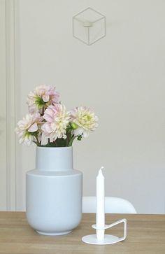 An der feinen Vase konnte ich beim Schweden nicht vorbeigehen 🙈. Eigentlich wollte ich nur ein paar sinnvolle Aufbewahrungskästen holen - aber, naja ..... 😉Wünsche euch einen schönen sonnigen Sonntag ☀️