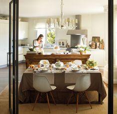 Una cocina para vivirla  Aparador antiguo, lámpara y balanza, en La Inmaculada Concepción. Muebles de cocina de Febal, campana de Pando y co...
