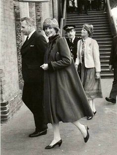 Princess Diana Rare, Princess Diana Pictures, Princess Of Wales, Diana Fashion, Kate Middleton Style, Wearing A Hat, Lady Diana, Couples In Love, British Royals