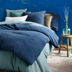 Staycation, the decoration to extend the holidays at home: bed linen in blue linen - Holiday home de Pantone Blue, Pantone 2020, Blue Bedding, Bedding Sets, Im Blue, Bed Linen Design, Blue Blanket, Home Staging, Staycation